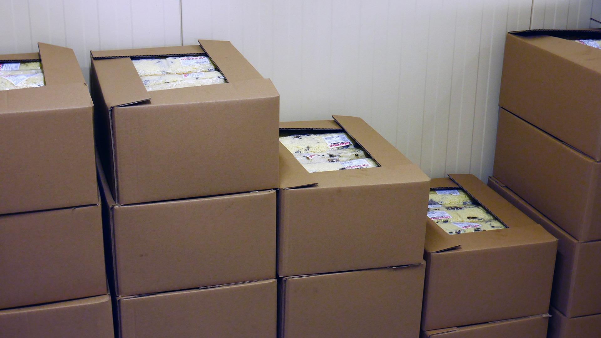 Zdjęcie zapakowanych zapiekanek w kartony.